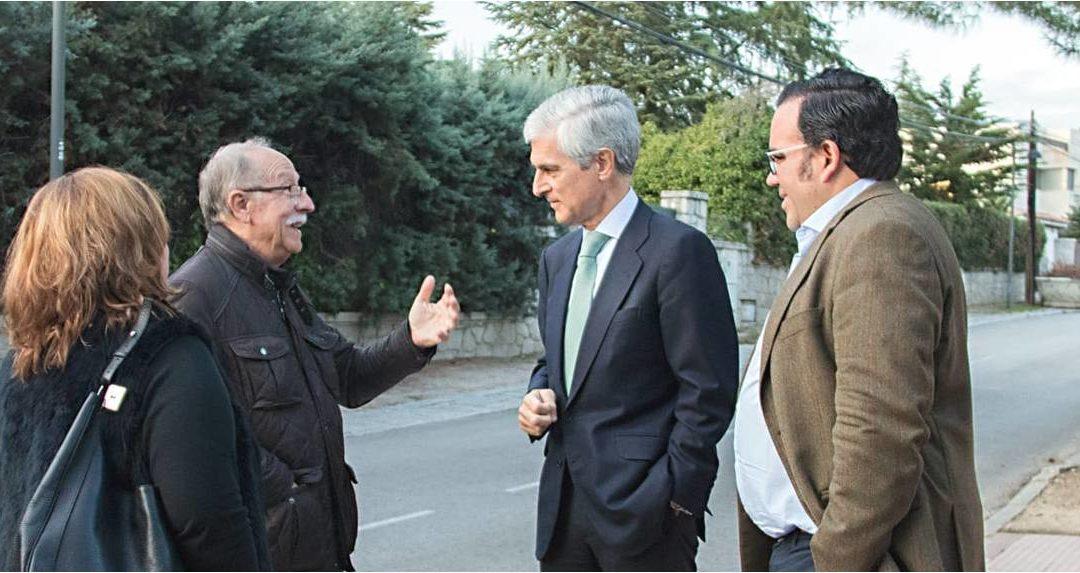 Javier Úbeda y Adolfo Suárez visitan puerta a puerta a los vecinos de Boadilla